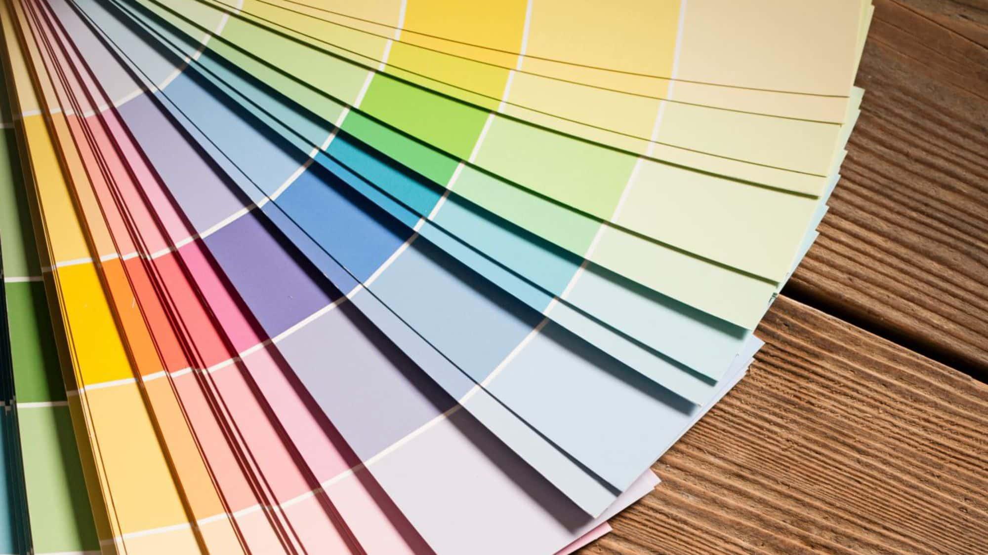 """Un nuancier de couleurs de peinture est toujours bien utile quand on cherche à repeindre les murs de la chambre, du salon, et de n'importe qu'elle autre pièce de la maison. Pourtant ce """"catalogue"""" de couleurs de peintures pourrait nous faire perdre la tête tant il est riche et les nuances parfois subtile"""